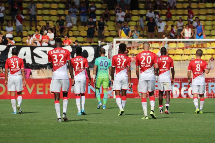 Les joueurs de Monaco sont déçus après leur match nul contre Nîmes (2-2).