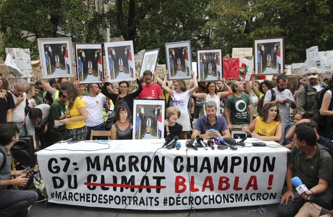 Des« anti-G7» après une« marche des portraits» (des portraits officiels du président Macron dérobés dans les mairies, dimanche 25 août à Bayonne.