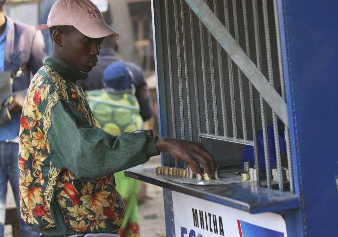 « Certains Etats se retrouvent dans une situation de détresse financière et contraints de geler des dépenses publiques pour pouvoir honorer leurs remboursements (Zimbabwe,etc.).» (Photo: transaction à Harare, au Zimbabwe, le 8 août.)