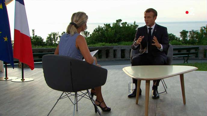 Le président de la République française, Emmanuel Macron, lors de son entretien avec Anne-Sophie Lapix sur France 2, à Biarritz, le 26 août 2019.