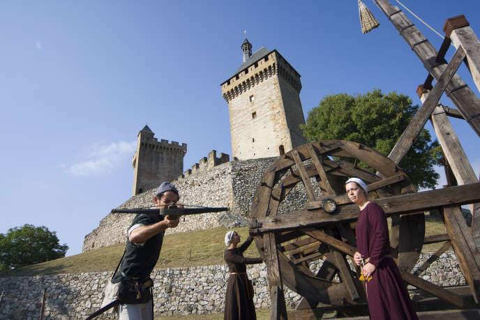 Animation montrant l'armement du grand trébuchet,haut de 16 mètres, capable d'envoyer des boulets de 100kg à 200m lors de la visite du château de Foix.