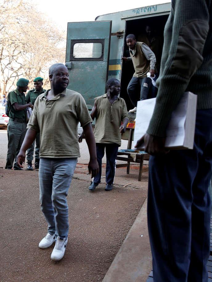 Le secrétaire général chargé de l'organisation du MDC, le principal parti d'opposition, Amos Chibaya, arrive au tribunal d'Harare, le 26 août.