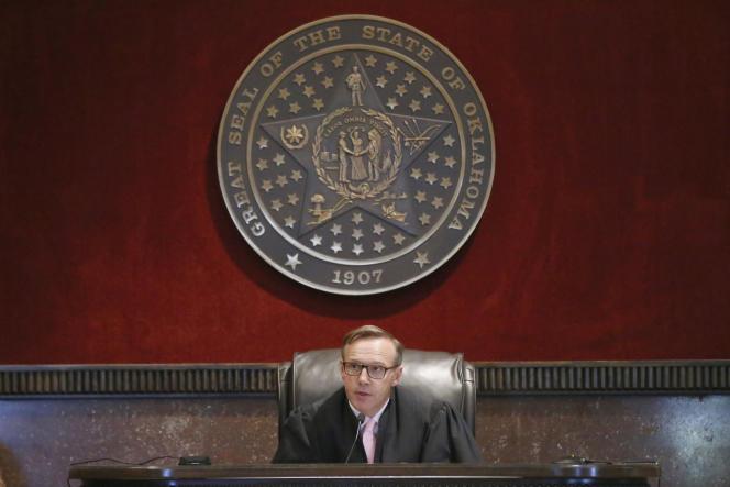 Le juge Thad Balkman a estimé que le groupe Johnson & Johnson avait adopté des pratiques « trompeuses de marketing et de promotion des opiacés »afin de créer une dépendance, lundi 26 août, à Norman (Oklahoma).