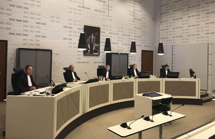 Les juges chargés du procès de la médecinaccusée d'avoir donné la mort à une patiente atteinte de la maladie d'Alzheimer, sans s'être suffisamment assurée de son consentement. A LaHaye, aux Pays-Bas, le 26août.
