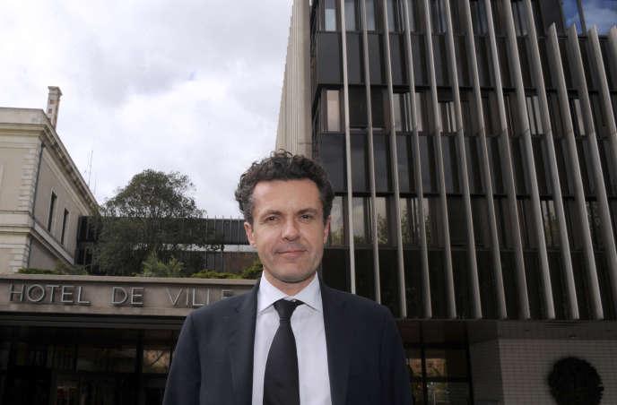 Le maire d'Angers Christophe Béchu devant sa mairie en avril 2014.