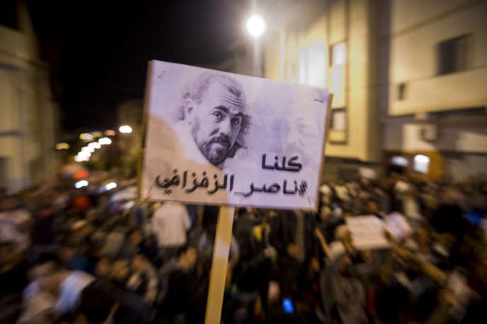 Des manifestants brandissent le portrait de Nasser Zefzafi à Al-Hoceima, au Maroc, le 30mai 2017.
