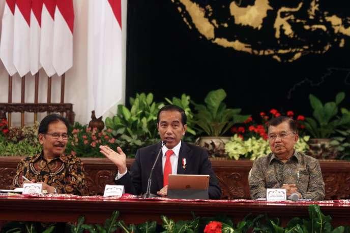 Le président d'Indonésie Joko Widodo, au centre, annonce l'emplacement de la nouvelle capitale du pays, le 26 août à Djakarta.