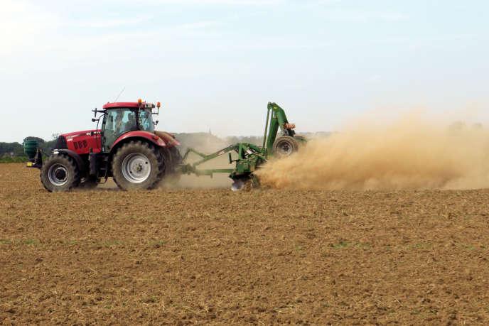 Un agriculteur conduisant un tracteur soulève un nuage de poussière sur son champ alors qu'une sécheresse extrême frappe la France, à Blécourt (Nord), le 27 août 2019.