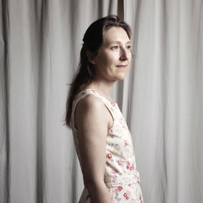 Portrait de Marie Darrieussecq chez elle en juin 2017.
