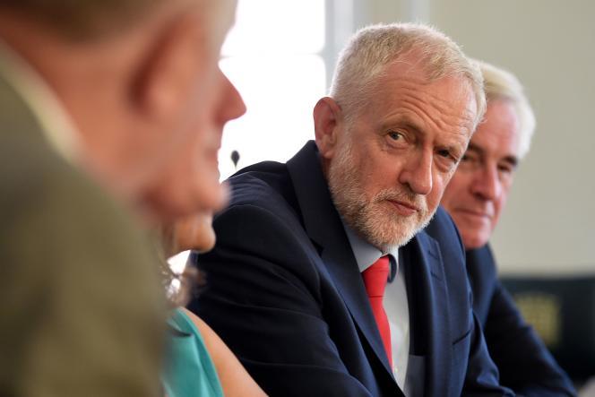 Jeremy Corbyn avec des membres du cabinet fantôme travailliste, à Londres, le 27 août.
