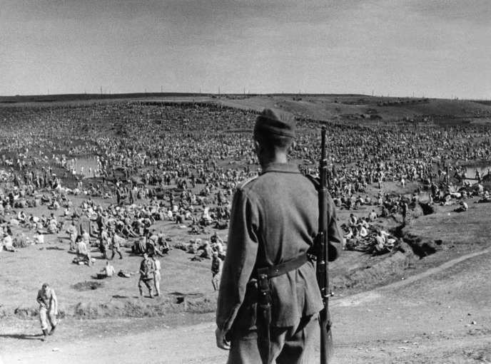 Un camp à ciel ouvert de prisonniers de guerre soviétiques, en Ukraine, à l'été 1941.