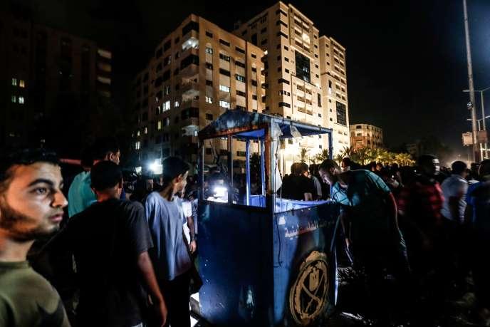 Des Gazaouis sur le lieu d'une des deux explosions survenues dans la nuit du 27 au28août dans l'enclave palestinienne de Gaza.