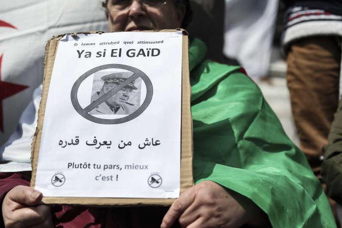 Un manifestant demande le départ du général Ahmed Gaïd Salah, à Paris, le 14avril 2019.
