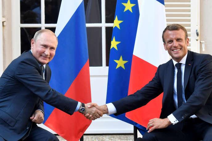 Le président français, Emmanuel Macron, serre la main du président russe, Vladimir Poutine, à Brégançon, le 19 août.