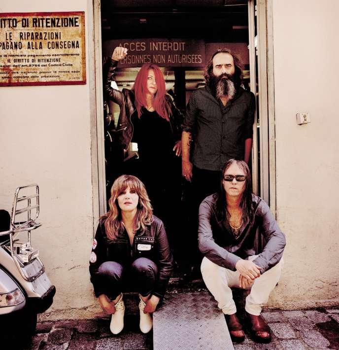 The Limiñanas (debout), Emmanuelle Seigner et Anton Newcombe sortent l'album «Diabolique».