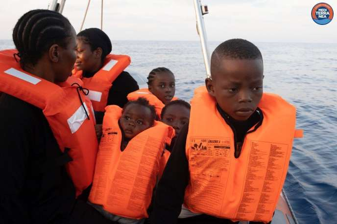 Photo mise à disposition par l'ONG italienne Mediterranea Saving Humans d'un groupe de migrants secourus  au large des côtes libyennes, mercredi 28 août.