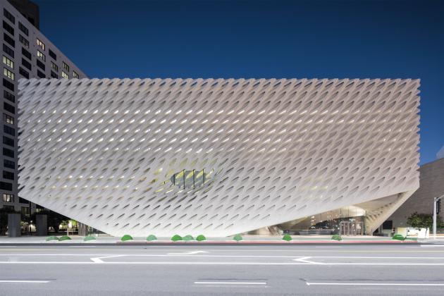 The Broad, à Downtown, un musée d'art contemporain enveloppé dans un gigantesque voile en forme de nid-d'abeilles, réalisé par Diller Scofidio + Renfro.