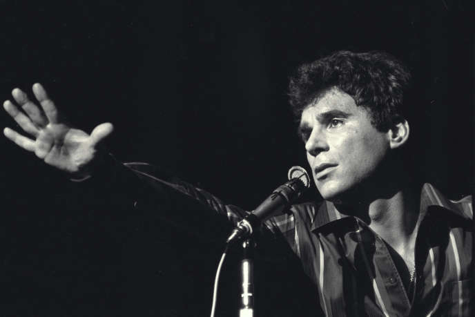 Claude Nougaro sur scène lors de sa première à Bobino en 1965.