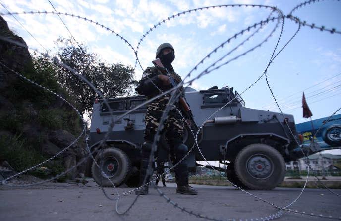 Un membre de la sécurité indienne bloque une route après la révocation de l'article370 de la Constitution indienne, le 23 août.