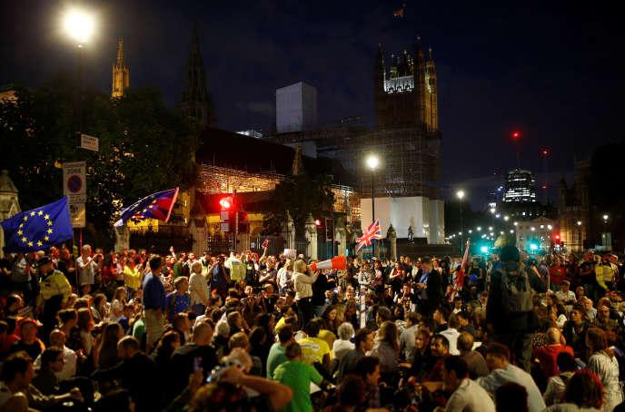 Manifestants anti-Brexit devant le parlement britannique, à Londres le 28 août.