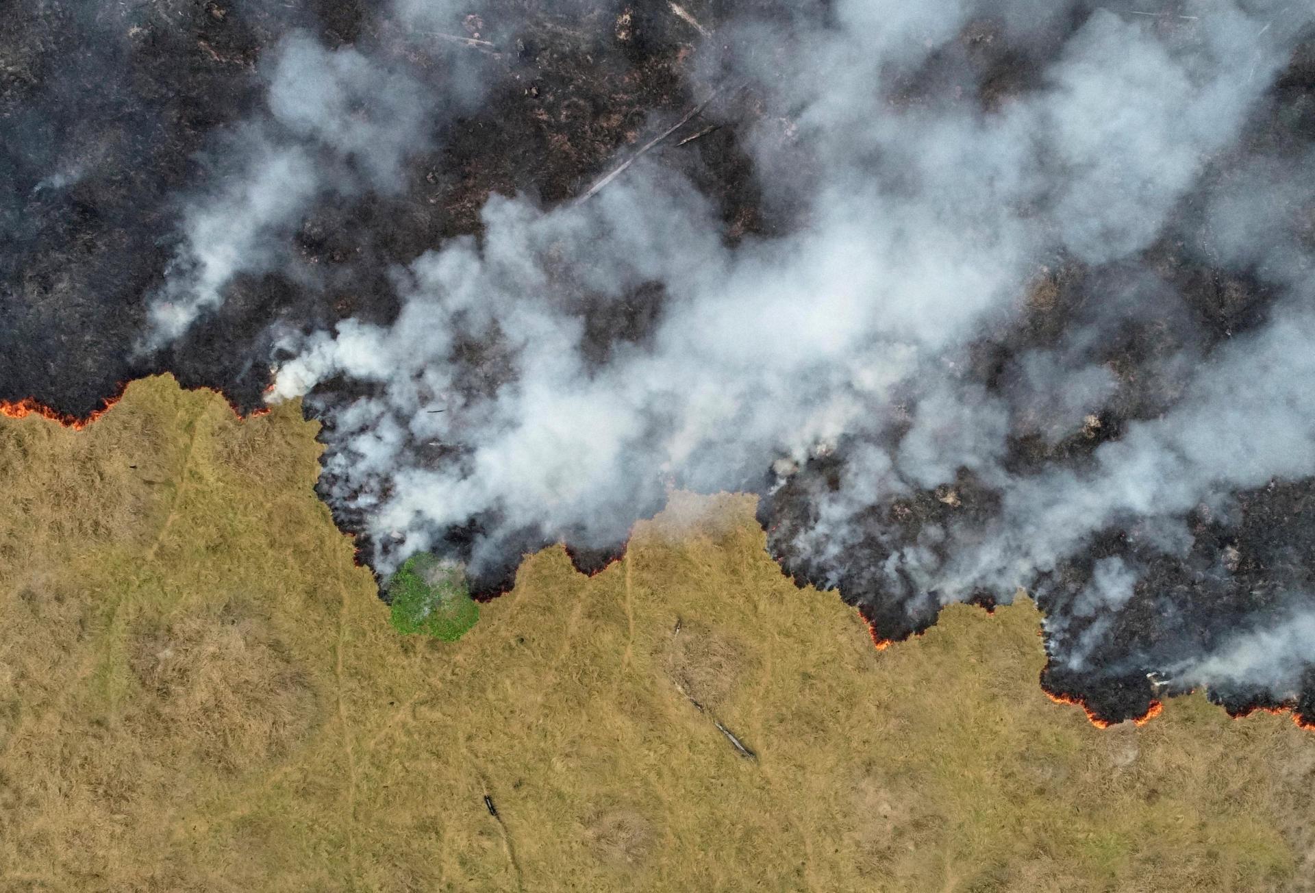 Une vue aérienne de l'Amazonie à Porto Velho dans l'Etat de Rondonia montre une parcelle déforestée partir en fumée, le 24 août. La déforestation, par l'exploitation des ressources forestières ou par les feux de forêt, réduit la quantité d'eau qui s'évapore et rend le climat plus sec dans une région dont les températures devraient augmenter d'environ 3,3 °C d'ici la fin du siècle.