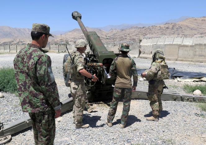 Des conseillers militaires américains travaillent avec des soldats afghans en août 2018.