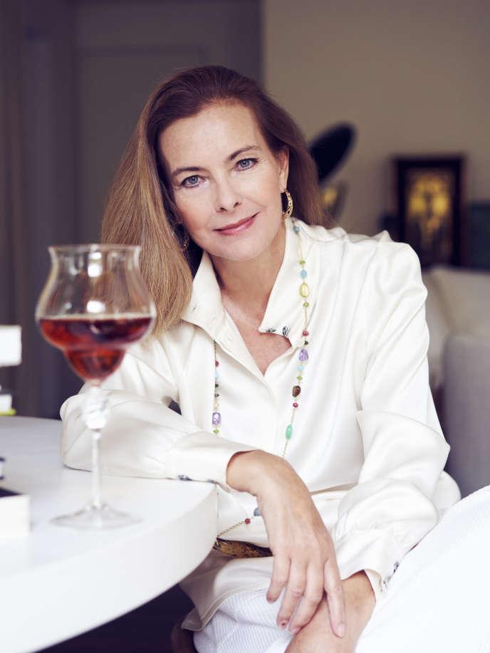 Carole Bouquet déguste un verre de Sangue d'Oro, chez elle, à Paris, le 16 juillet.