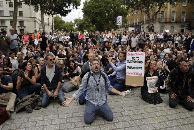 Des manifestants se sont réunis devant le 10 Downing Street à Londres, le 28 août 2019,pour dénoncer la décision de Boris Johnson de suspendre le Parlement cinq semaines.