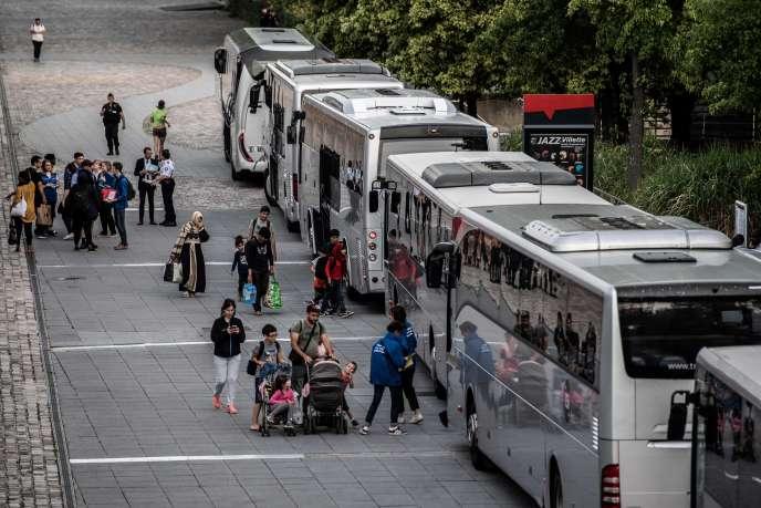 Cinq bus ont été utilisés pour mettre les 157 migrants du camp «à l'abri», pour un mois.