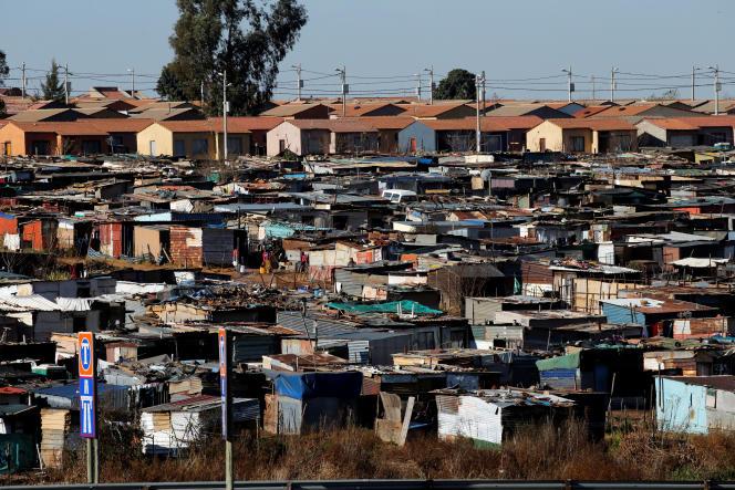 Des « maisons RDP» (en arrière-plan) à côté d'un bidonville à Daveyton, près de Johannesburg, en juillet 2016.