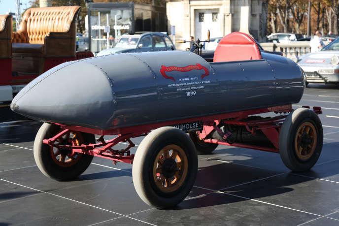 « La Jamais Contente » est la première automobile à passer la barre des 100 km/h.