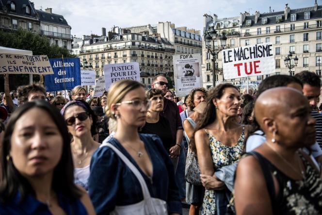 Des participants à l'hommage rendu aux victimes de féminicides, le 28 août, à Paris.
