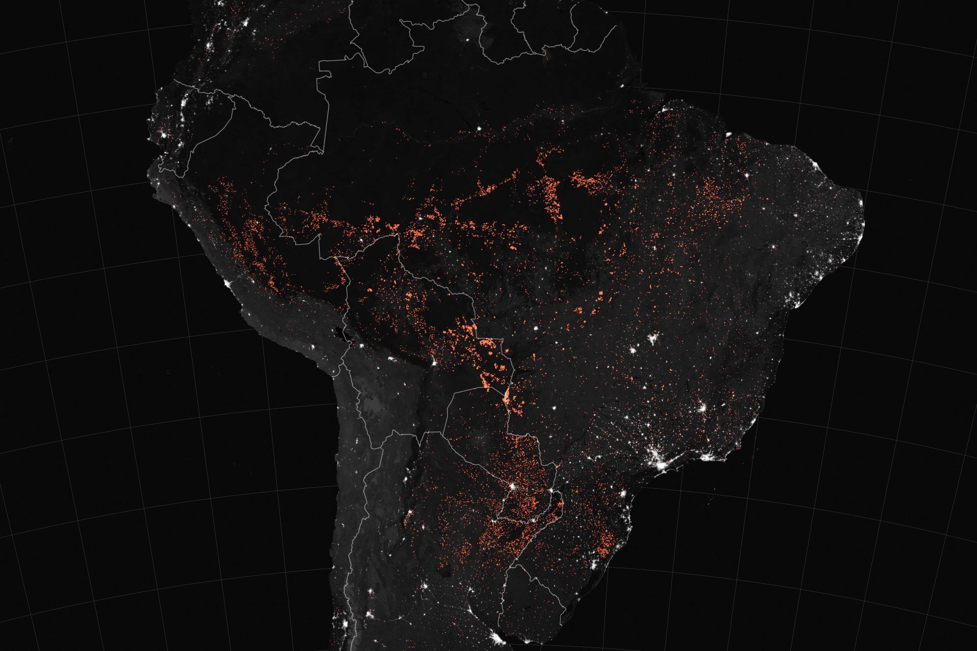 Sur cette image diffusée par la NASA, on peut voir en orange les feux dans la forêt amazonienne et en blanc apparaissent les villes. La forêt est, elle, en noir. Cette image a été produite par des satellites d'observation de la NASA entre le 15 et le 22 août.