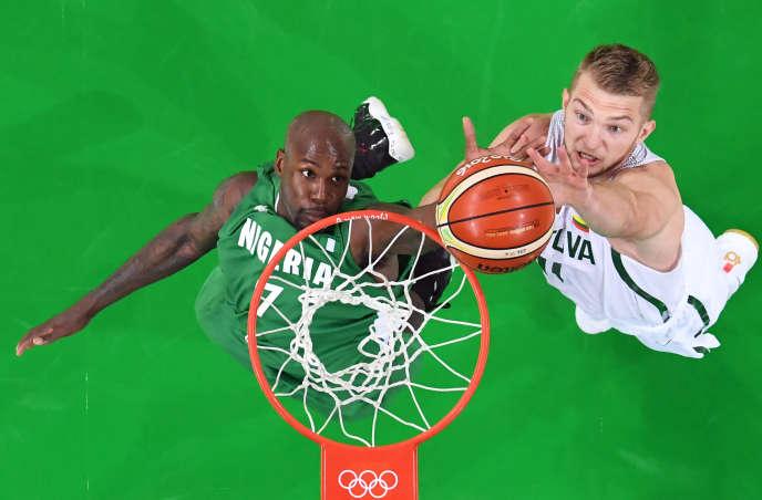 Le Nigérian Al-Farouq Aminu face au Lituanien Domantas Sabonis, aux Jeux olympiques de Rio de Janeiro, en août 2016.