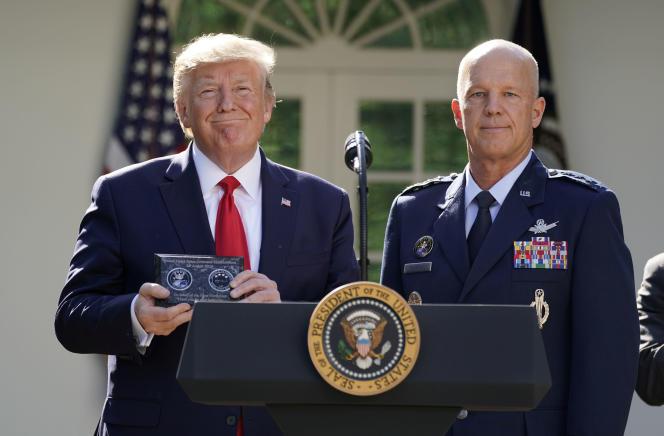 Donald Trump aux côtés du général John Raymond, qui dirigera le «Spacecom», lors d'une cérémonie à la Maison Blanche, à Washington, le 29 août.