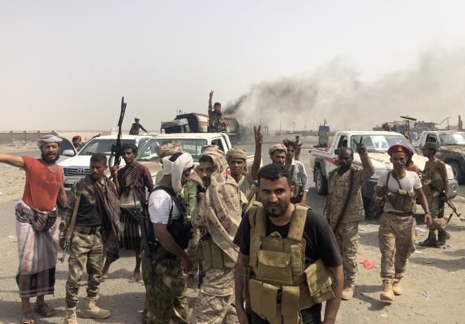 Des combattants séparatistes font le« V» de la victoireà l'entrée est d'Aden, jeudi29août2019.