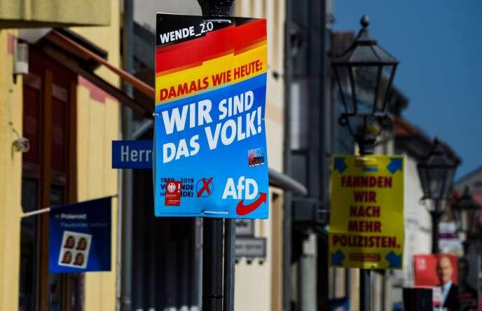 """Affiche électorale du parti d'extrême droiteAlternative pour l'Allemagne(AfD)–« Hier comme aujourd'hui : """"Nous sommes le peuple"""" »–, àZehdenick, dans le Brandebourg, où auront lieu des élections régionales, dimanche 1er septembre."""