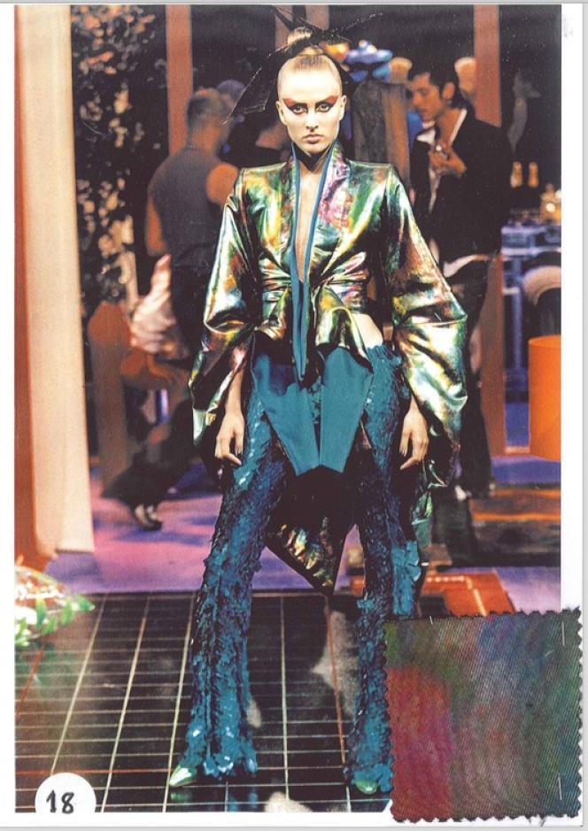 Givenchy haute couture automne-hiver 2000, collection d'Alexander McQueen, sur @unforgettable_runway.