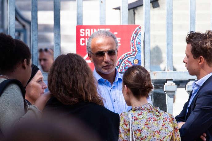 Tariq Ramadan à al sortie du palais de justice de Paris, le 30 août.