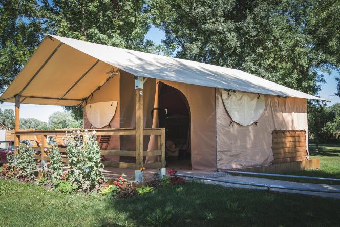 Une tente/lodge tout confort, dans un camping chic.