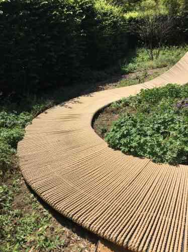 Utilisant comme matériau le cordage, l'équipe néerlandaise à dessiné un immense ruban de Möbius qui intègre un rideau, en son centre, que l'on peut franchir, et un banc, où l'on peut s'asseoir pour spéculer. Sur la définition du paradis, par exemple.