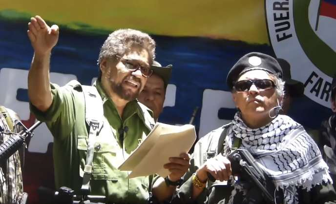 Cette capture d'écran, le 29 août, d'une vidéo YouTube montre l'ancien commandant des FARC Ivan Marquez (à gauche) et un autre chef rebelle Jesus Santrich.