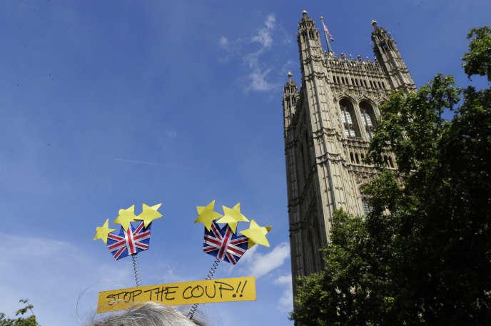Un manifestant contre la suspension du Parlement décidée par Boris Johnson brandit une pancarte « Stop au coup d'Etat» à Londres, jeudi 29 août.