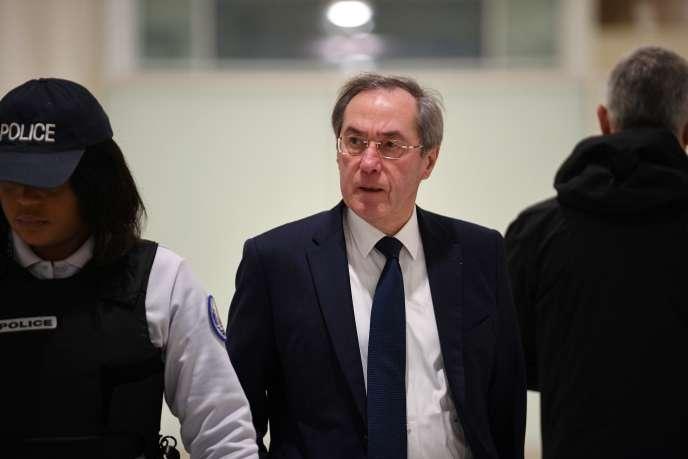 L'ancien ministre de l'intérieur Claude Guéant arrive au tribunal pour son procès, le 5 décembre 2018 à Paris.