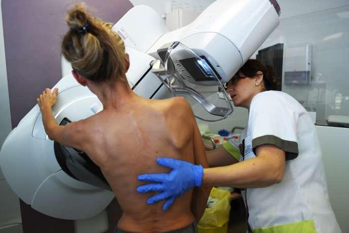 Une patiente passe une mammographie à l'Institut Paoli-Calmette de Marseille, en octobre 2017.