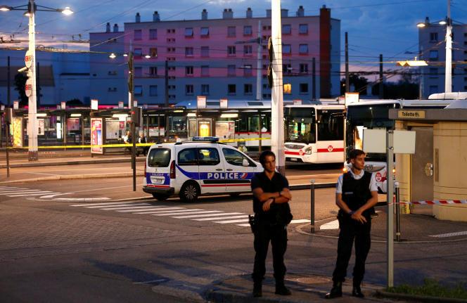 Des policiers sécurisent la gare routière après l'attaque au couteau de Villeurbanne, le 31 août.