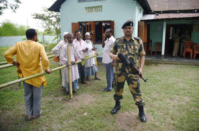 Des villageois s'apprêtent à vérifier si leur nom figure sur le registre des citoyens dans l'Etat d'Assam, le 31 août à Rupohi, dans le district de Nagaon.