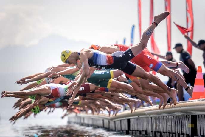 Le Français Vincent Luis (bonnet jaune au premier plan) lors de l'épreuve de natation, sur le lac Léman, samedi 31 août.