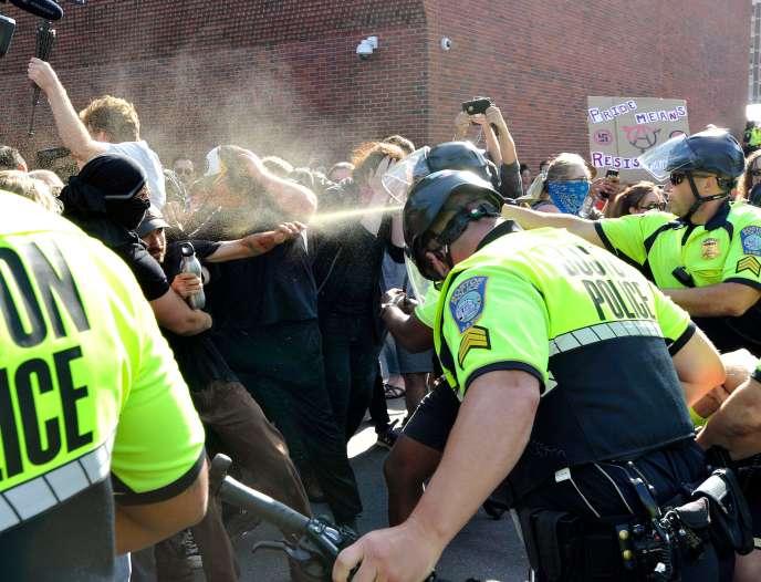 Les policiers de Boston ont fait usage de spray au poivre pour disperser les contre-manifestants, le 31 août.