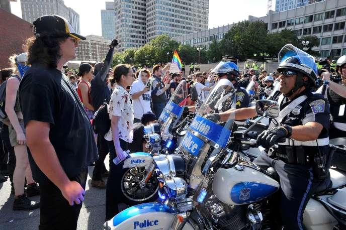 Les contre-manifestants ont formé une chaîne humaine pour empêcher les policiers de Boston de passer, le 31 août.